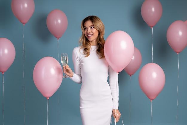 Jeune femme célébrant lors d'une fête d'anniversaire