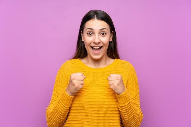 Jeune femme célébrant une victoire