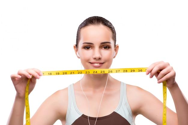 Jeune femme avec centimètre dans le concept de régime