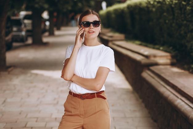 Jeune femme en centre ville parlant au téléphone