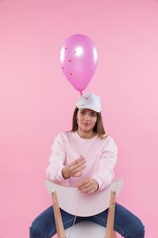 Jeune femme, chaise, tenue, violet, ballon