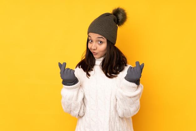Jeune femme, à, chapeau hiver, isolé