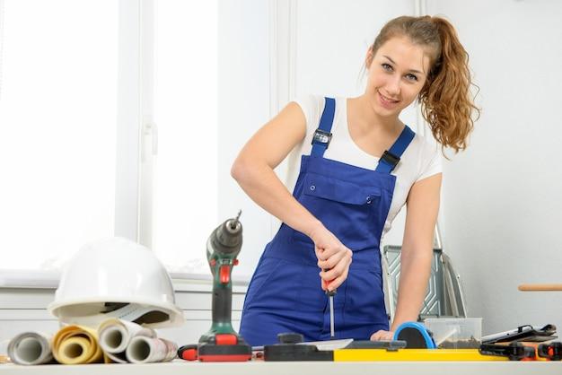 Jeune femme charpentier travaillant dans son atelier