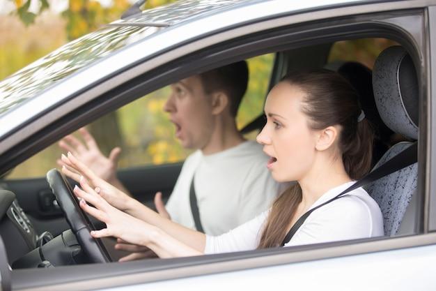 Jeune femme de chauffeur effrayée et un homme