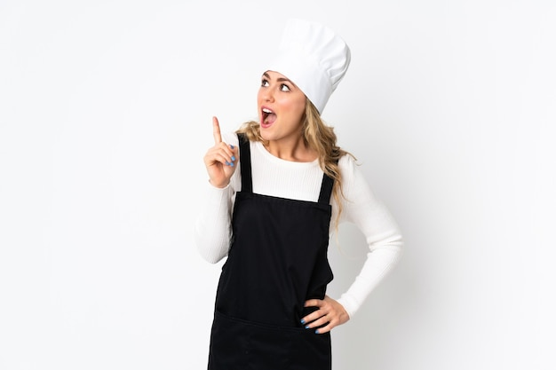 Jeune femme chef brésilien isolée sur blanc pensant une idée pointant le doigt vers le haut