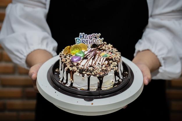 Jeune femme chef cuisson gâteau dans la cuisine