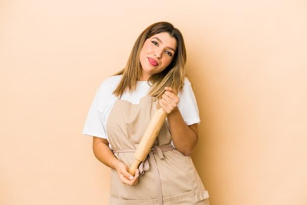 Jeune femme chef pâtissier indien rêvant d'atteindre les objectifs et les buts