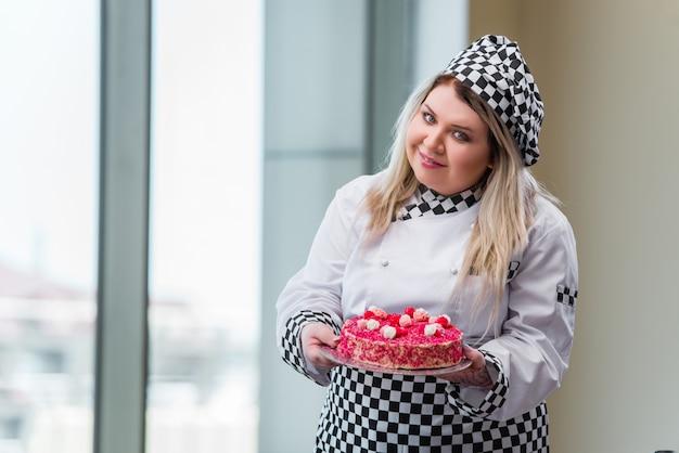 Jeune femme chef préparant dessert cak