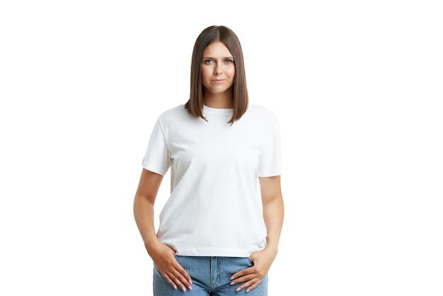 Jeune femme en chemise blanche isolée. photo de haute qualité