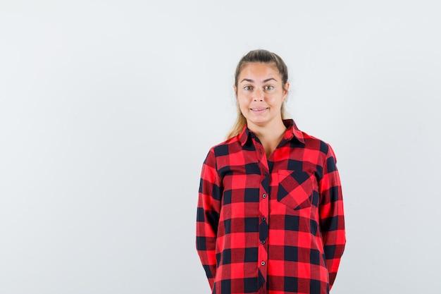 Jeune femme en chemise décontractée regardant la caméra et à la belle vue de face.