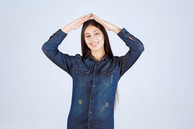 Jeune femme en chemise en jean envoi d'amour