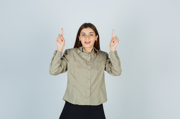 Jeune femme en chemise, jupe pointant vers le haut et à la recherche de plaisir