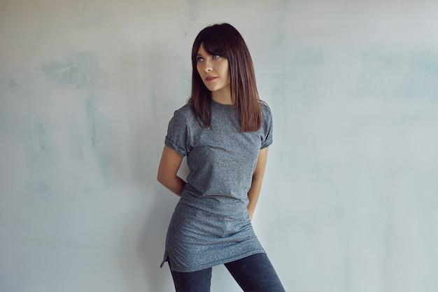 Jeune, femme, chemise, mur