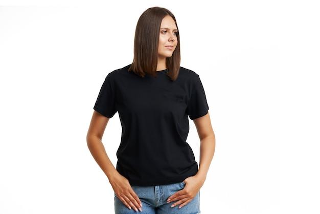 Jeune femme en chemise noire isolée. photo de haute qualité