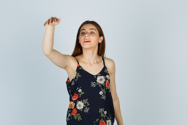 Jeune Femme En Chemisier Invitant à Venir Et Ayant L'air Heureuse, Vue De Face. Photo gratuit