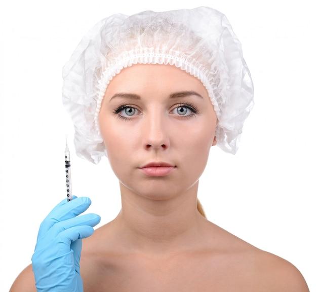 Jeune femme cherche la main tenant la seringue.