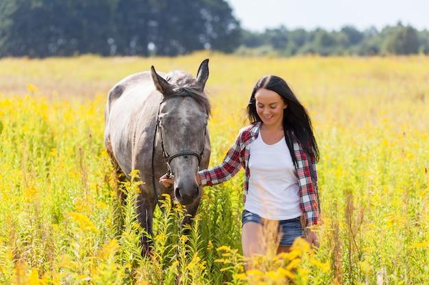 Jeune femme avec un cheval