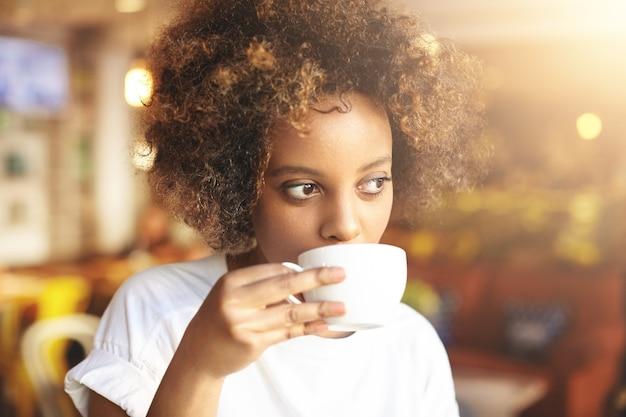 Jeune femme, à, cheveux bouclés, séance, dans, café