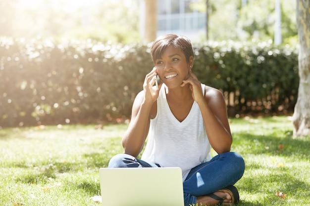 Jeune femme, à, cheveux courts, séance, dans parc