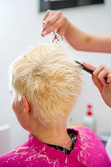 Jeune femme chez le coiffeur