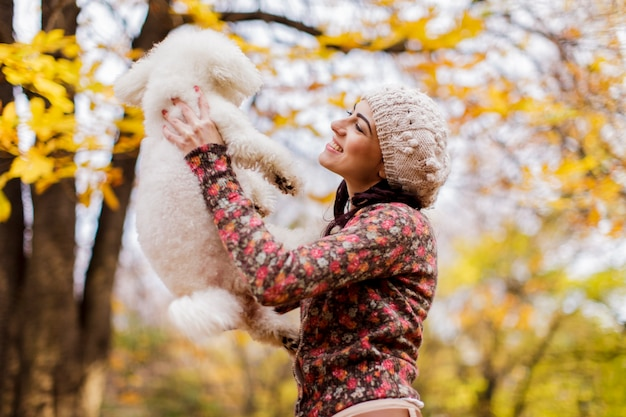 Jeune femme avec un chien mignon