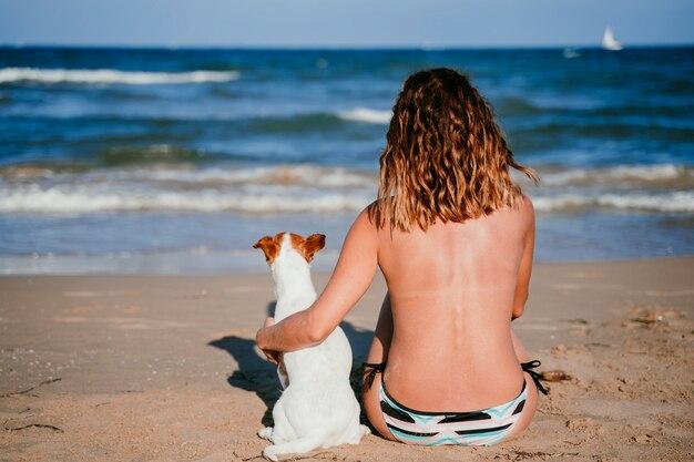 Jeune, femme, chien, séance, plage