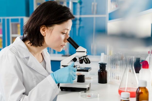 Jeune femme chimiste sur le côté