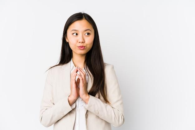 Jeune femme chinoise d'affaires isolé plan de préparation à l'esprit, la mise en place d'une idée.