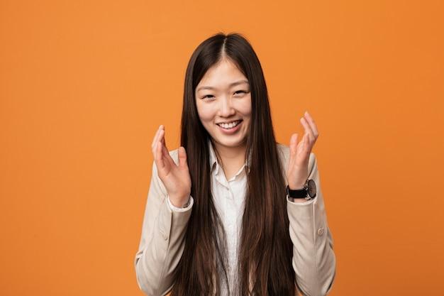 Jeune femme chinoise d'affaires joyeuse rire beaucoup. concept de bonheur.