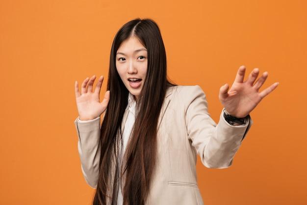 Jeune femme chinoise choquée par un danger imminent