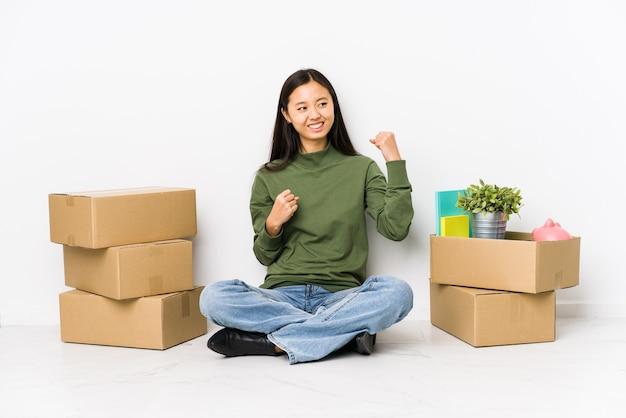 Jeune femme chinoise déménageant dans une nouvelle maison