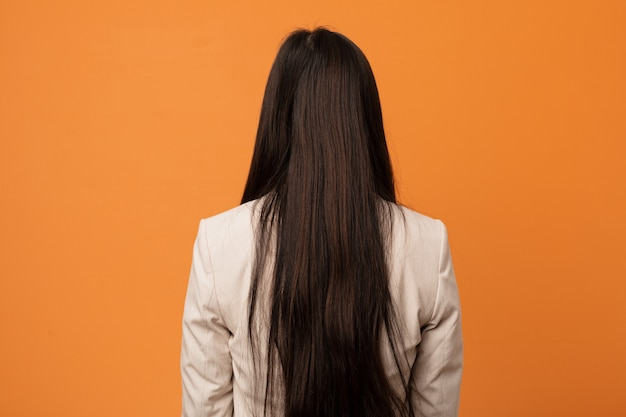 Jeune femme chinoise de derrière, en regardant en arrière.