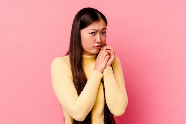 Jeune femme chinoise effrayée et effrayée.