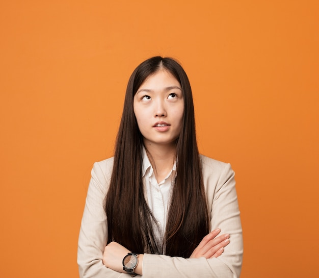 Jeune femme chinoise fatiguée d'une tâche répétitive.