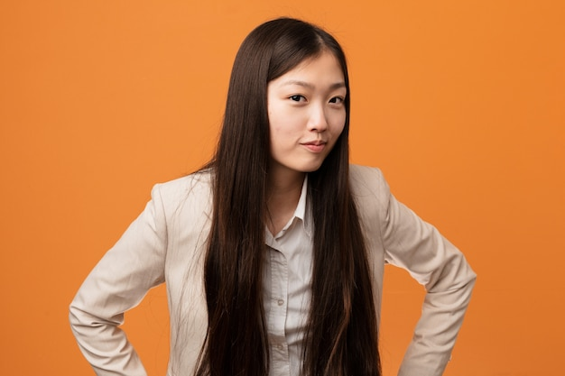 Jeune femme chinoise gronde quelqu'un très en colère.