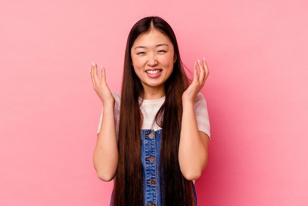 Jeune femme chinoise isolée sur fond rose joyeux rire beaucoup. concept de bonheur.