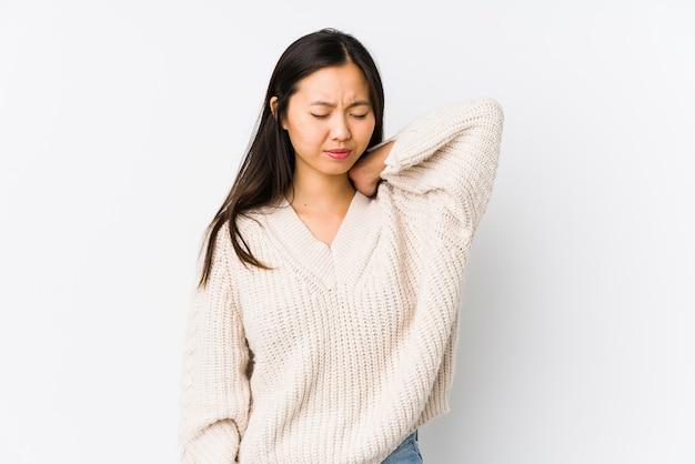Jeune femme chinoise isolée souffrant de douleurs au cou en raison d'un mode de vie sédentaire