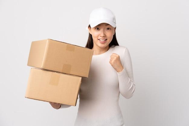 Jeune femme chinoise de livraison isolée célébrant une victoire