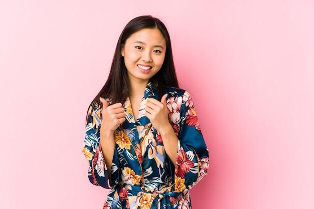 Jeune femme chinoise portant un pyjama kimono