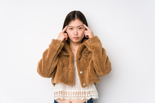 Jeune femme chinoise posant