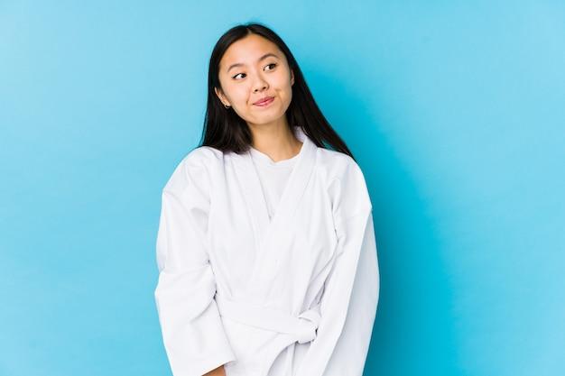 Jeune femme chinoise pratiquant le karaté rêvant d'atteindre des buts et objectifs