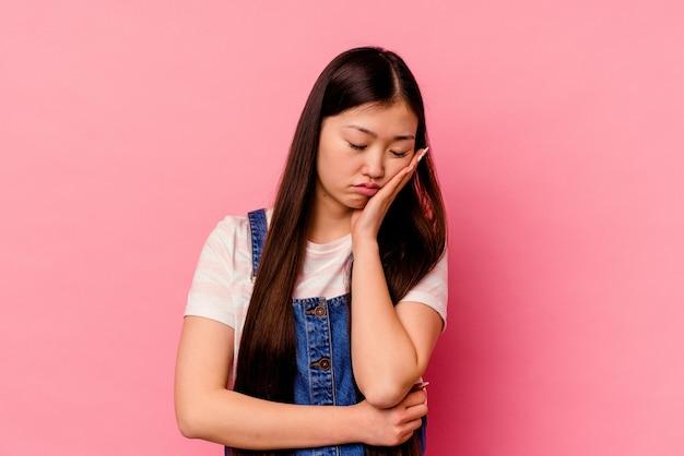 Jeune femme chinoise qui s'ennuie, est fatiguée et a besoin d'une journée de détente.
