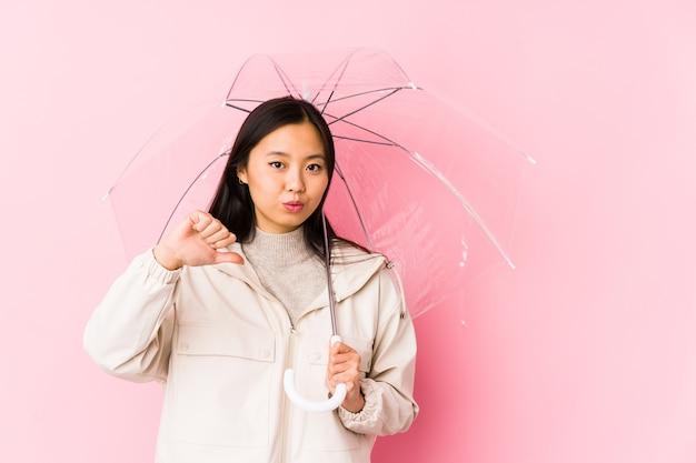 Jeune femme chinoise tenant un parapluie
