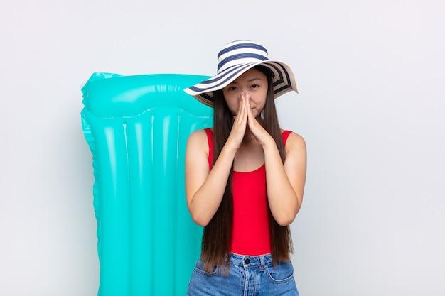 Jeune femme chinoise en vacances