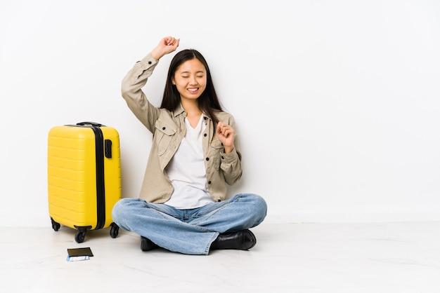 Jeune femme chinoise de voyageur assis tenant une carte d'embarquement pour célébrer une journée spéciale