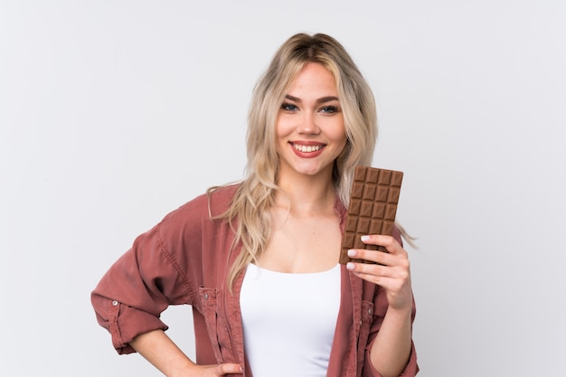 Jeune, femme, chocolat, isolé, mur