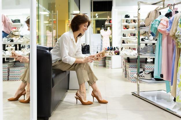 Jeune femme, choisir, chaussures talons, dans, magasin