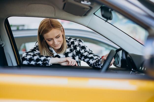 Jeune, femme, choisir, voiture, voiture, salle exposition