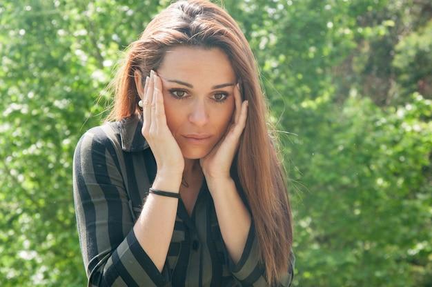 Jeune femme choquée ayant de bonnes nouvelles