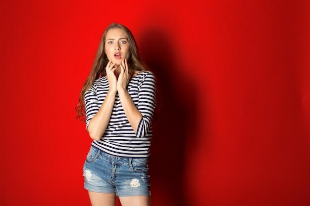 Jeune femme choquée
